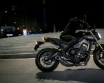 2014-Yamaha-MT-09-EU-Deep-Armor-Action-002